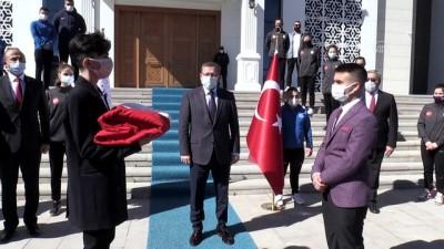 18 Mart'ta Çanakkale'de göndere çekilecek ay yıldızlı bayrak Yozgat'a ulaştı
