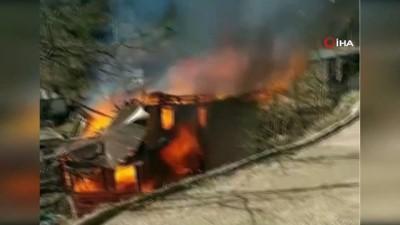 Yangında köy evi kullanılamaz hale geldi