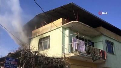Yangından kurtarılan çocuklar ağlayarak annelerine sarıldı
