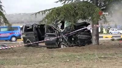 Isparta'da minibüs ile hafif ticari araç çarpıştı: 3 ölü, 1'i bebek 8 yaralı