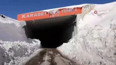 karayollari -  Kar kalınlığı 6 metreye ulaştı, yol açma çalışması böyle görüntülendi