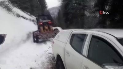 Karda mahsur kalan otomobil böyle kurtarıldı