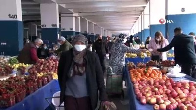 Kırmızı renkli Antalya'da pazar yoğunluğu