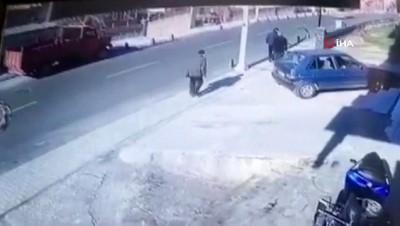 dikkatsiz surucu -  Motosiklet sürücüsünün ölümden döndüğü feci kaza kamerada