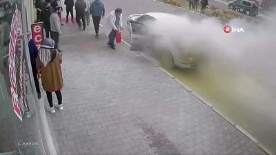 Nevşehir'de araç alev alev yandı.. Araçtakiler kendilerini böyle dışarı attı