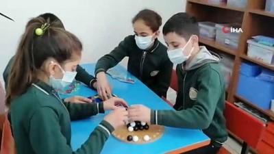 Vefakar öğretmenlerden örnek davranış...Hurda eşyaları derleyip sınır köyündeki okulu özel okula çevirdiler