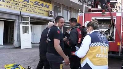 itfaiye merdiveni - Mersin'de 5 katlı apartmanda çıkan yangına müdahale ediliyor (3)