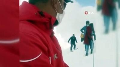 guvenli bolge -  Karlı dağda mahsur kalan 9 kişiyi jandarma kurtardı