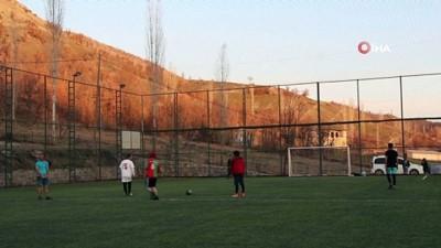 futbol maci - Tek aktiviteleri olan halı sahaların açılmasıyla çok mutlu oldular