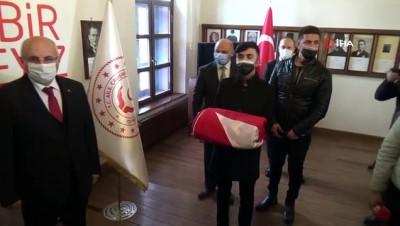 Erzurum'da bayrak teslim töreni