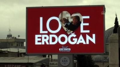 KİLİS - LED ekranlara yöresel şiveyle 'Seni Çok Sevoruk Erdoğan' görseli yansıtıldı
