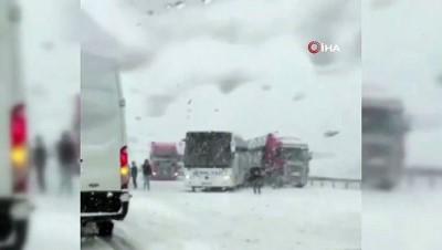Aniden bastıran kar sürücüleri yolda bıraktı