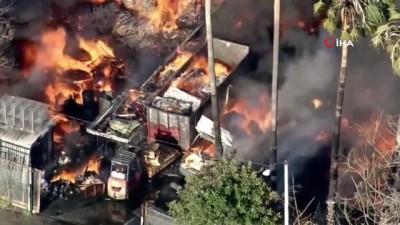 yukselen -  - California'da depoda dev yangın: Alevler evlere sıçradı