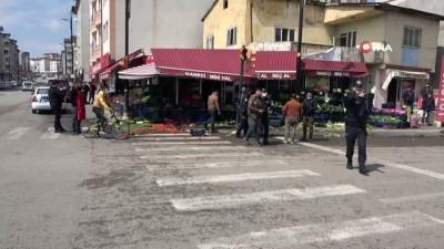 Manav personeli ile pazarcılar birbirine girdi: Meyve ve sebzeler yerlere saçıldı