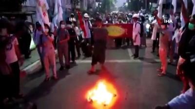 dera -  - Myanmar'da darbe karşıtları ordunun hazırladığı 2008 anayasasını yaktı - Cunta karşıtı siyasetçiler: '2008 anayasasını tanımıyoruz'