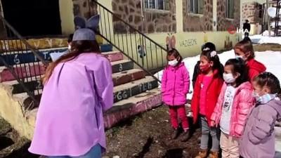 Öğretmenler köy köy dolaşarak öykü anlatıyor