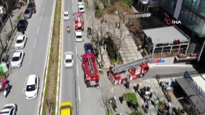 yukselen -  Kadıköy'de 5 katlı binanın teras katında çıkan yangında 3 kişi yaralandı