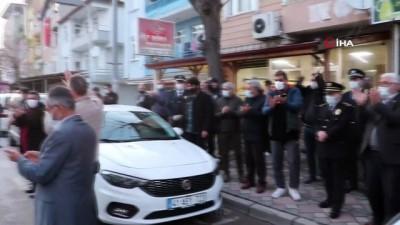 kisla -  Polisler, kavga ettikleri ihbarı yapılan gurupla pasta kestiler