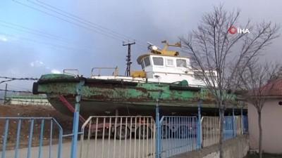 Atıl durumdaki tekne eğitim için okula taşındı