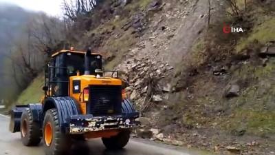 Heyelan sonrası dev kayalar yolu kapattı