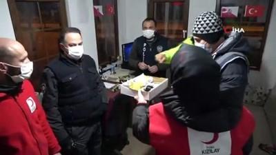 Kızılay'dan nöbetteki polislere çay-kahve ikramı