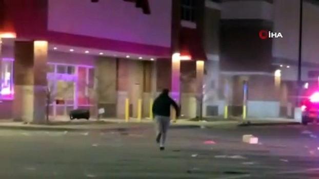 sokaga cikma yasagi -  - ABD polisi siyahi genci öldürdü, protestocular sokaklara indi