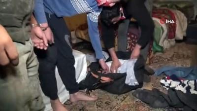 guvenlik gucleri -  Çöpten buldukları kelepçeyle birbirini bağlayıp polisten yardım istediler