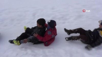 yagan -  Nisan ayında yağan kar çocukları sevindirdi