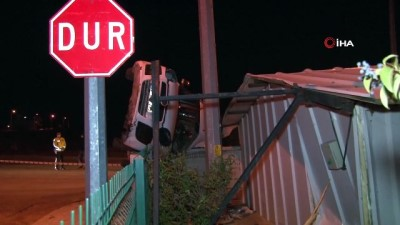 Takla atarak metrelerce sürüklenen otomobil duvarda asılı kaldı: 1 ölü, 1 yaralı