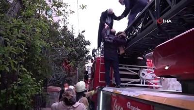 mahsur kaldi -  Yangında mahsur kalan 3 kadın itfaiye merdiveniyle kurtarıldı
