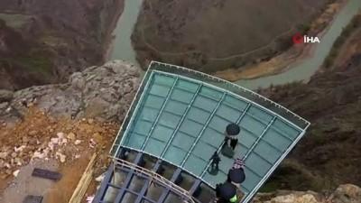 Yerden 200 metre yükseklikte yapılan cam teras, 'kırılan cam efekti' özelliği  nefes kesecek