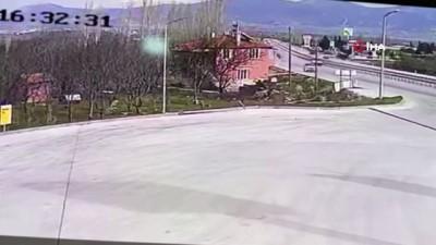 Acil tıp uzmanı genç doktorun hayatını kaybettiği feci kaza kamerada