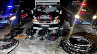 Karda ayak izleri takip edilerek bulundular... 400 metre bakır kablo çalan 4 kişi tutuklandı