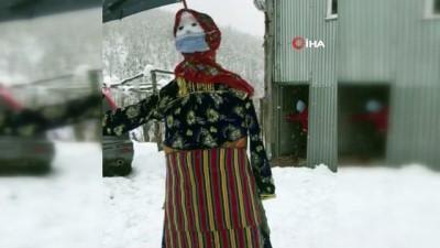 kar kalinligi -  Yaptıkları kardan adamı yöresel kıyafet giydirdiler