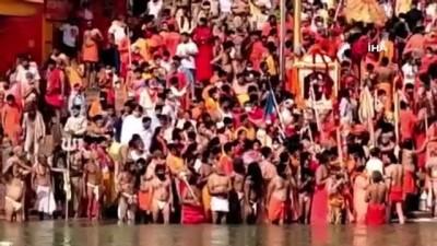 kalaba -  - Hindistan'da salgında art arda rekor - Son 24 saatte 184 bin 372 vakanın kaydedildiği ülkede salgına rağmen yüz binlerce kişi dini bayram için Ganj Nehri'ne akın ediyor