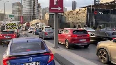 metrobus duraklari -  İstanbul'da metrobüs duraklarında dikkat çeken yoğunluk