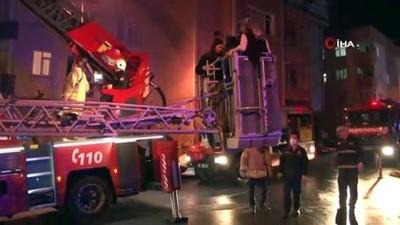 mahsur kaldi -  Yangında pes dedirten görüntü... 12 kişi yangında mahsur kaldı, o ağzında sigarayla olan biteni görüntüledi