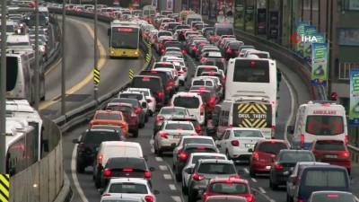 metrobus duraklari -  Kısıtlama öncesi metrobüste ve trafikte yoğunluk