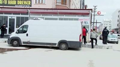 Yola kan sızdıran kamyonetin kapısı açılınca gerçek ortaya çıktı