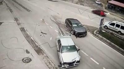 Amasya'da iki otomobilin kafa kafaya çarpıştığı kaza kamerada