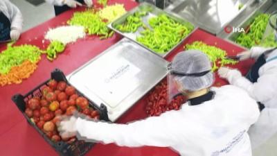 Aydın Büyükşehir Belediyesi her gün 25 bin vatandaşa sıcak yemek ulaştırıyor