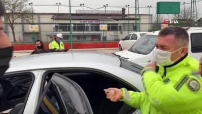 Gençlerin kullandığı araçtan uyuşturucu çıktı, olay yerine gelen araç sahibinin ısrarı cezaya engel olamadı