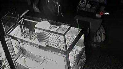İftardan sonra pastaneden tatlı ve para çalan hırsız kamerada