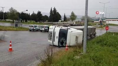 Yağmur kazaları beraberinde getirdi, kontrolden çıkan tanker yola devrildi