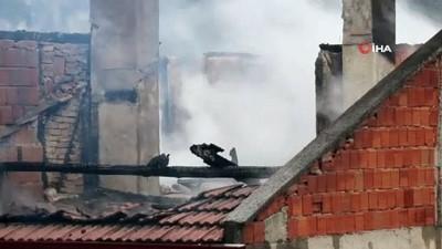 Bolu'da yanan 2 katlı apartmanın çatısı kullanamaz hale geldi