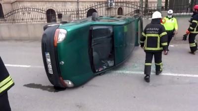 Hafif ticari araçla otomobil çarpıştı: 2 kişi yaralı