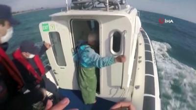 Balıkçı teknesi alabora oldu...Sahil güvenlik ekipleri teknesi batan şahsı böyle kurtardı