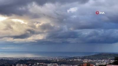 İskenderun körfezinde mest eden yağmur, bulut, şimşek ve hortum manzaraları