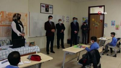 sinif ogretmeni -  Kaymakam, öğrencilerle ders işledi