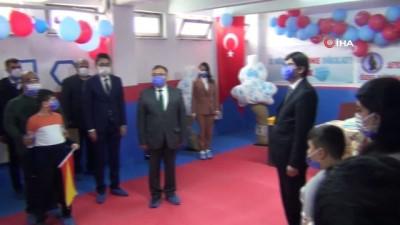 Otizmli öğrenciler havaya mavi balon bırakarak dikkat çekti